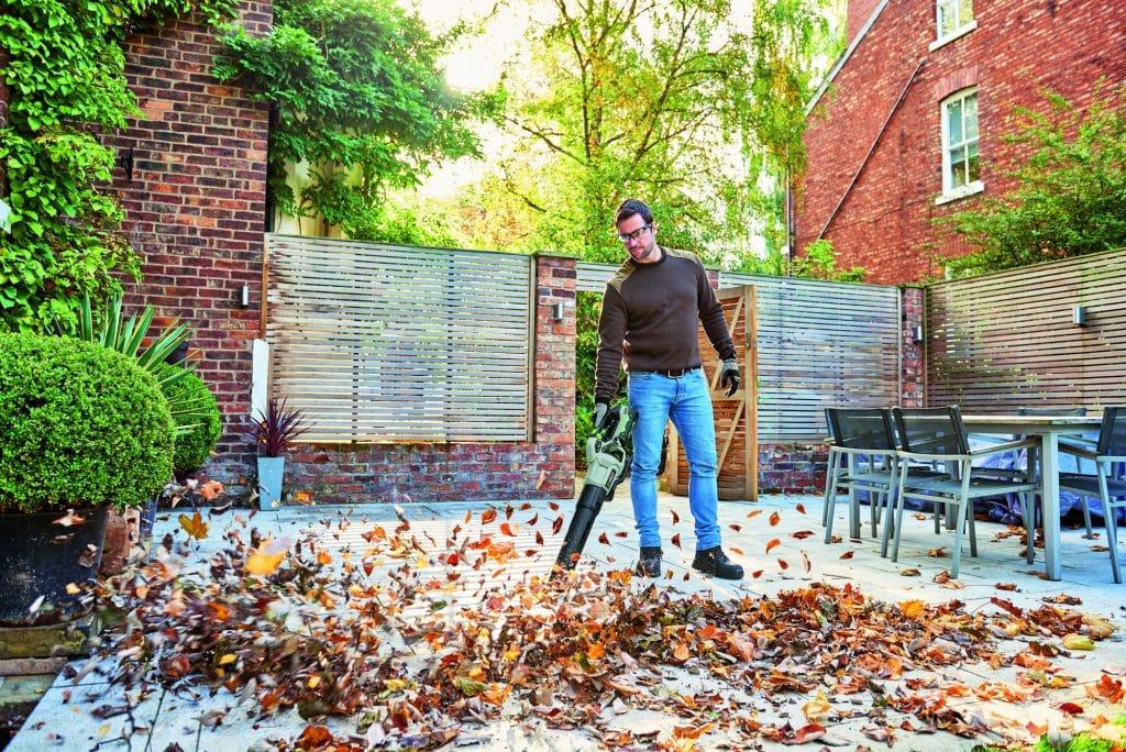 upratovanie záhrady s aku fukárom